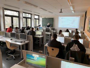 Multimedia-Saal mit versenkbaren Monitoren